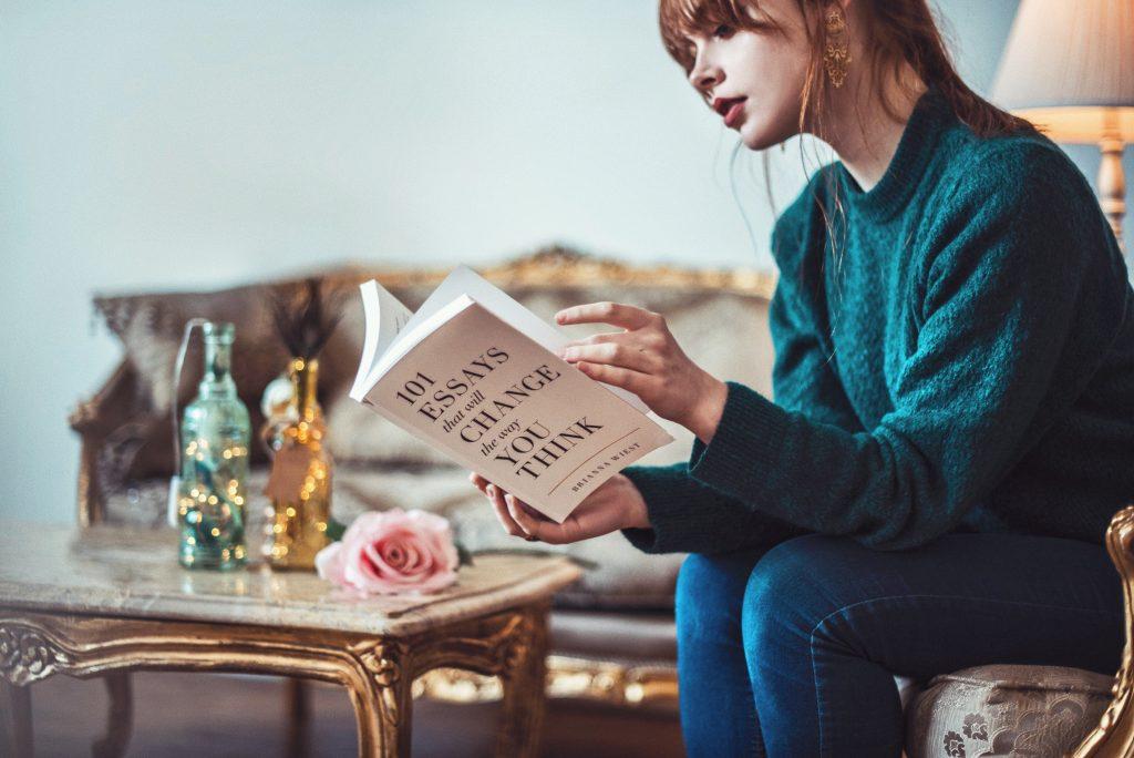 femme qui lit pour comprendre comment s'améliorer