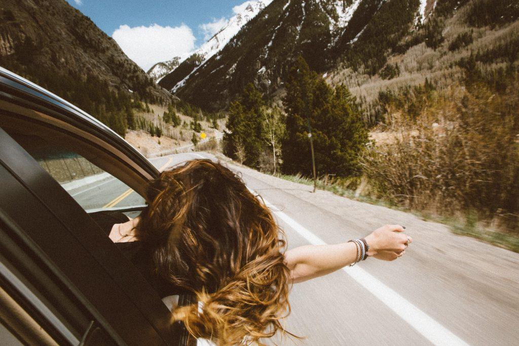 femme qui tend le bras sur la route