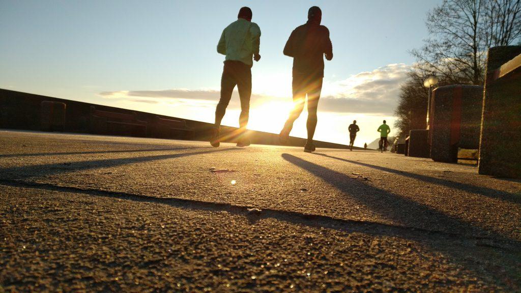 deux personnes qui courent (4ème étape de la routine matinale : l'exercice)