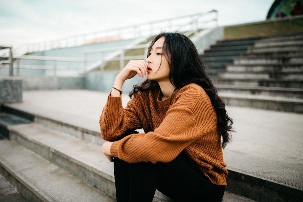 Femme qui apprend à gérer sa colère en réfléchissant à pourquoi elle est en colère