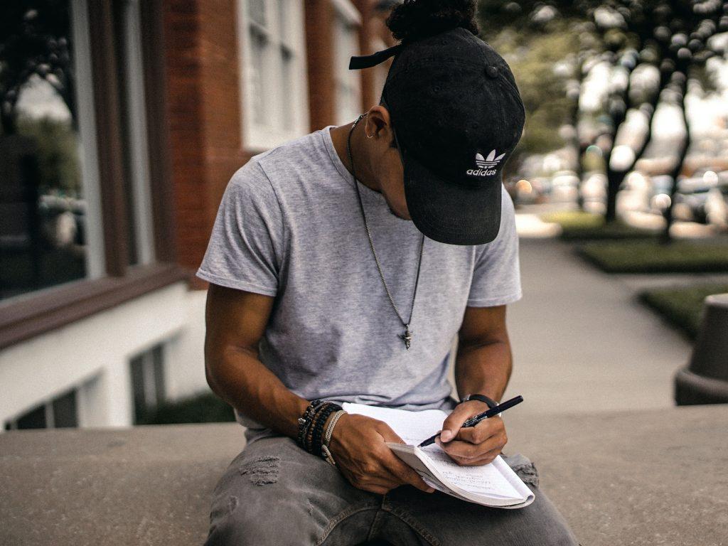 Homme qui apprend à gérer sa colère en écrivant ses émotions sur papier