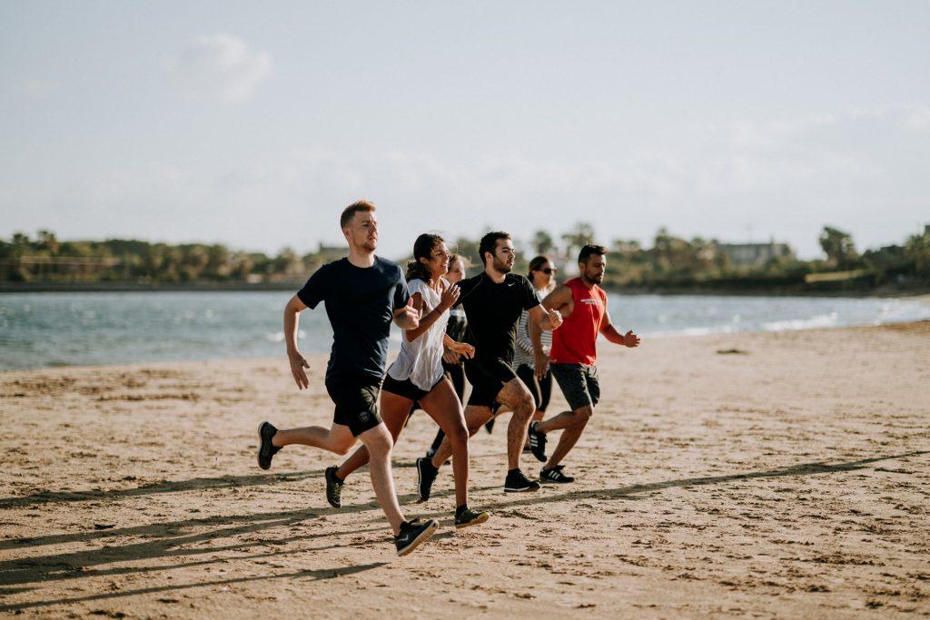 Groupe d'amis faisant du sport en prenant du temps pour eux