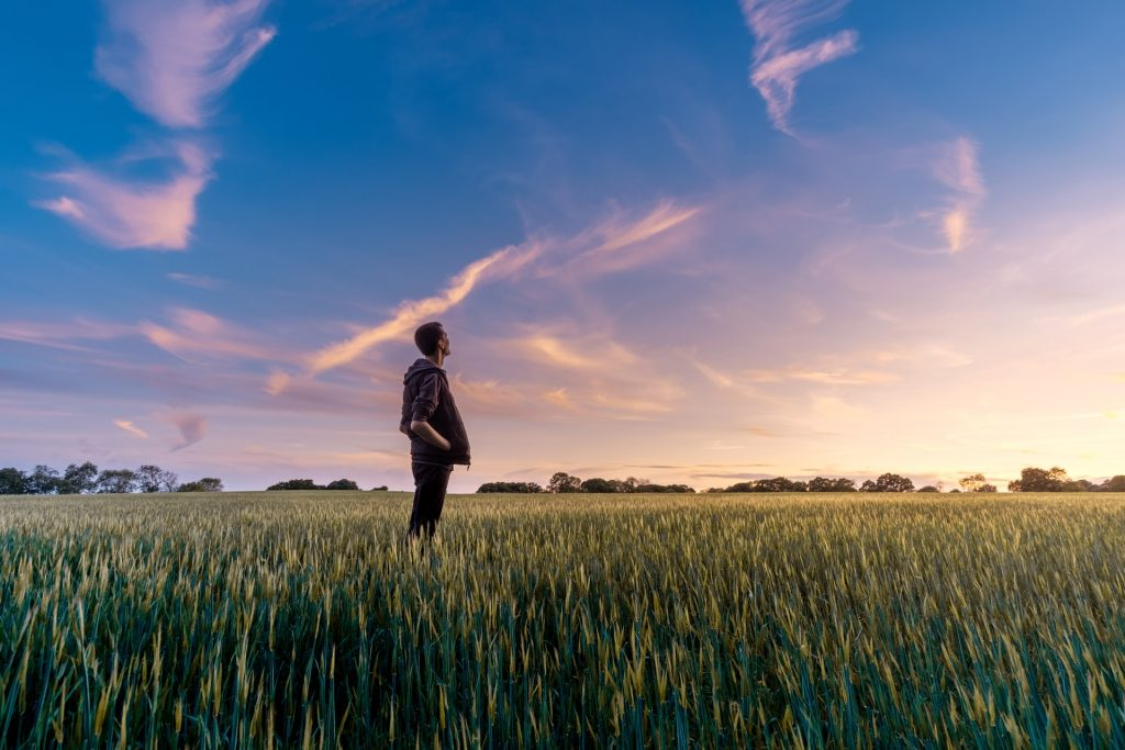 Homme dans l'herbe qui prend du temps pour lui