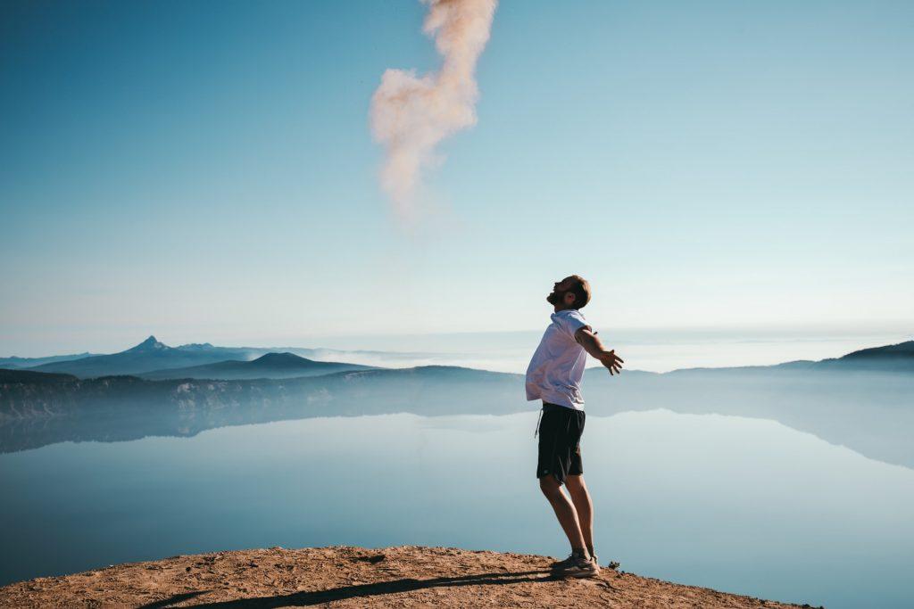 Homme face à un lac qui prend du temps pour lui