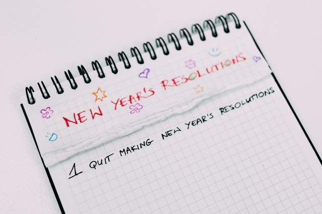 Carnet sur lequel il y a marqué d'arrêter de prendre de bonnes résolution ou Nouvel An
