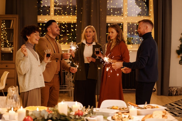 Famille fêtant le Nouvel An