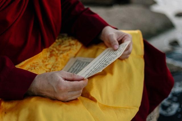 homme méditant en lisant des mantras