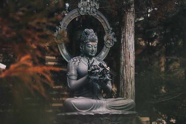 Statue bouddha dans la forêt